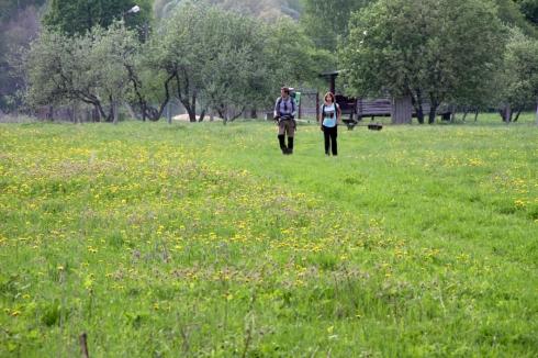 туристы в поле
