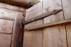 Входная дверь - на старинных кованых петлях