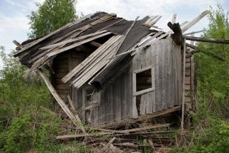 Крыша провалилась и сени частично тоже, иду внутрь