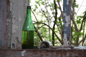 На окне осталась бутыль