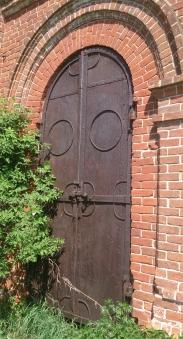 Входная дверь закрыта на тяжелый засов