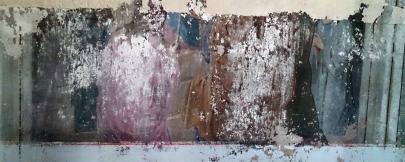 Находим остатки росписи. Непонятно, то ли фрески пытались уничтожить, то ли отреставрировать. Большая часть по линейке срезана